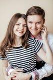 Pares de los estudiantes sonrientes felices de los adolescentes, colores calientes que tienen un beso, concepto de la gente de la Fotografía de archivo