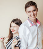 Pares de los estudiantes sonrientes felices de los adolescentes, de los colores calientes que tienen un beso, del concepto de la  Fotografía de archivo libre de regalías