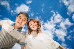 Pares de los hombres de la mujer contra el cielo azul Foto de archivo libre de regalías