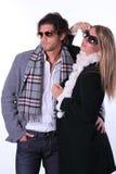 Pares de los modelos de moda con las gafas de sol Fotografía de archivo