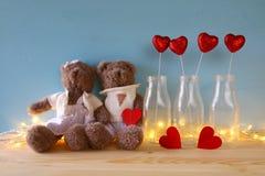 Pares de los osos de peluche lindos que llevan a cabo un corazón Foto de archivo libre de regalías
