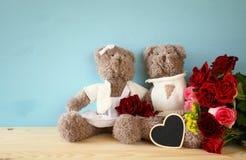 Pares de los osos de peluche lindos que llevan a cabo un corazón Fotografía de archivo