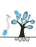 Pares de los pájaros del amor bajo árbol Imágenes de archivo libres de regalías