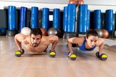 Pares de los pectorales de las pesas de gimnasia en el gimnasio de la aptitud Imagen de archivo