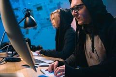pares de los piratas informáticos que trabajan con los ordenadores para convertirse imagenes de archivo