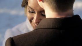 Pares de los recienes casados que abrazan uno otro y que hablan al aire libre almacen de metraje de vídeo