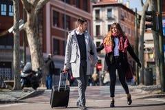 Pares de los turistas que caminan abajo de la calle Fotos de archivo libres de regalías