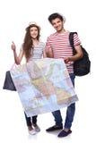 Pares de los turistas que sostienen el mapa fotografía de archivo libre de regalías
