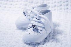Pares de los zapatos de bebé 2 Imágenes de archivo libres de regalías