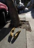 Pares de los zapatos de las mujeres de oro en Sunny San Francisco Sidewalk Imagen de archivo libre de regalías
