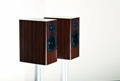 Pares de loudspekaers de gama alta en blanco Fotos de archivo