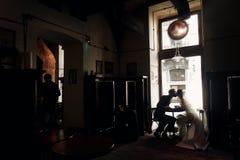 Pares de lujo de la boda que llevan a cabo las manos y que se besan en café en morni Imagenes de archivo