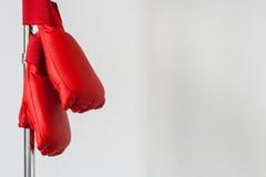 Pares de luvas de encaixotamento de couro vermelhas Foto de Stock Royalty Free