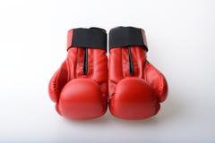 Pares de luvas de encaixotamento de couro vermelhas no branco Fotografia de Stock Royalty Free