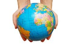 Pares de mãos que prendem o globo Imagens de Stock