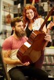 Pares de músicos con la guitarra en la tienda de la música Fotografía de archivo