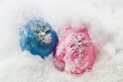 Pares de manoplas decorativas en una nieve natural del fondo blanco La Navidad y Año Nuevo Imagen de archivo