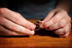 Pares de manos con los anillos de bodas Foto de archivo libre de regalías