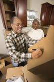 Pares de meia idade com caixas moventes. imagem de stock royalty free