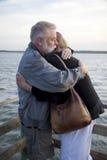 Pares de meia idade mais velhos que abraçam na doca Fotografia de Stock Royalty Free