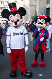 Pares de Mickey y de Minnie Mouse que caminan alrededor de Santiago Bernabeu Stadium en el partido real de Madrid-Barcelona Foto de archivo libre de regalías