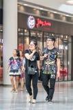 Pares de moda jovenes en la alameda de compras de Livat, Pekín, China Foto de archivo