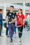 Pares de moda jovenes en la alameda de compras de Livat, Pekín, China Fotos de archivo