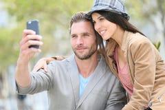 Pares de moda que hacen el selfie Imagen de archivo libre de regalías