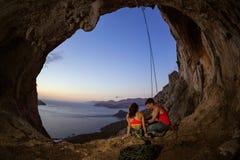 Pares de montanhistas de rocha que descansam na caverna fotos de stock royalty free
