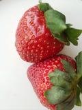 Pares de morangos inteiras frescas próximos um do outro fotos de stock royalty free