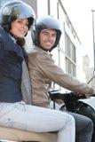 Pares de motociclistas com capacetes Fotos de Stock