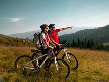 Pares de motociclistas da montanha Fotografia de Stock Royalty Free