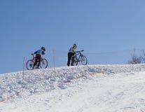 Pares de motociclistas profissionais nas montanhas fotografia de stock royalty free