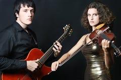 Pares de músicos. Guitarrista e violinista Fotografia de Stock Royalty Free