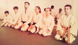 Pares de muchachos que practican nuevos movimientos del karate imagenes de archivo