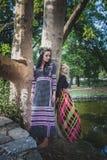 Pares de mulheres do estilo do boho em vestidos e na grinalda longos das flores Imagem de Stock Royalty Free