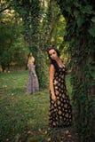 Pares de mulheres do estilo do boho na madeira Imagem de Stock Royalty Free