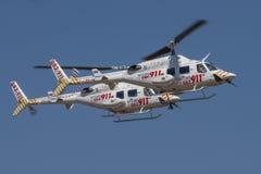 Pares de Netcare 911 helicópteros en una mosca más allá Imágenes de archivo libres de regalías