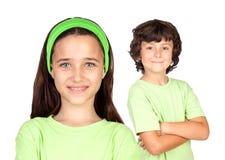 Pares de niños con la misma ropa Foto de archivo libre de regalías