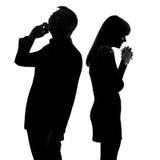 Pares de nuevo a hombre posterior en el teléfono y la mujer Imagenes de archivo
