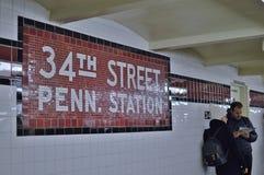 Pares de NYC Penn Station Subway Platform Tourist que viajam no subterrâneo do transporte de New York City imagens de stock