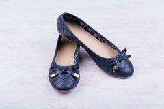 Pares de obscuridade - sapatas lisas do ` azul das senhoras no fundo de madeira branco Fotografia de Stock