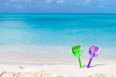Pares de pás coloridas em uma praia branca da areia imagem de stock