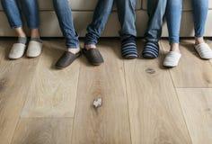 Pares de pés com assoalho de madeira Imagens de Stock