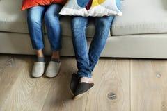 Pares de pés com assoalho de madeira Imagem de Stock