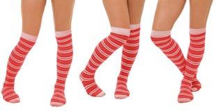 Pares de pés das mulheres em peúgas vermelhas Fotografia de Stock