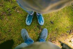 Pares de pés do homem e da mulher em exterior romântico do amor com musgo no conceito da forma do estilo de vida do fundo turista Fotos de Stock