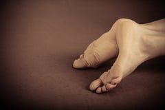 Pares de pés humanos que colocam na terra Fotografia de Stock