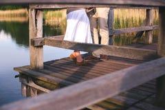 Pares de pés na ponte Fotografia de Stock Royalty Free