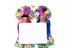 Pares de palhaços engraçados com um cartaz vazio fotos de stock royalty free